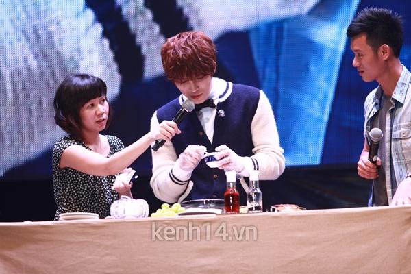 Jaejoong ngượng ngùng đút kimbap cho fan 53