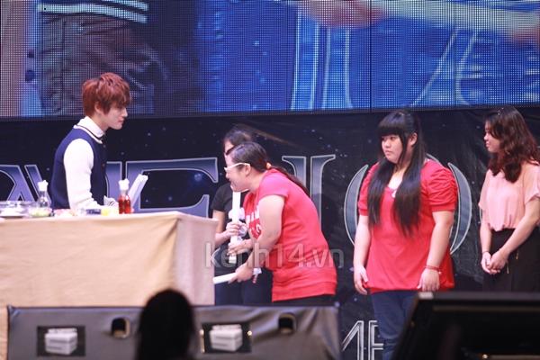 Jaejoong ngượng ngùng đút kimbap cho fan 14