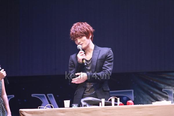 Jaejoong ngượng ngùng đút kimbap cho fan 44