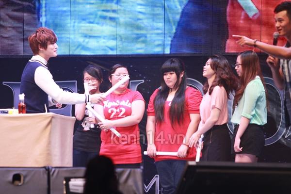Jaejoong ngượng ngùng đút kimbap cho fan 15