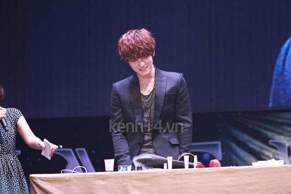Jaejoong ngượng ngùng đút kimbap cho fan 45