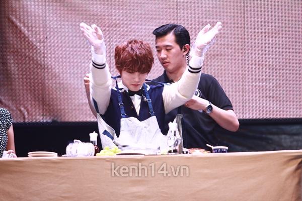 Jaejoong ngượng ngùng đút kimbap cho fan 55