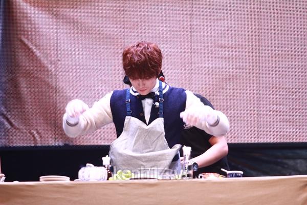 Jaejoong ngượng ngùng đút kimbap cho fan 56