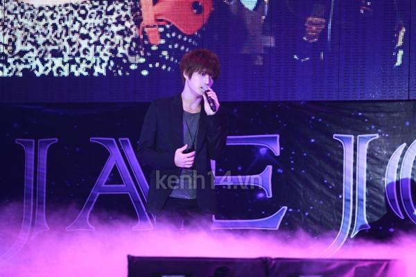 Jaejoong ngượng ngùng đút kimbap cho fan 35