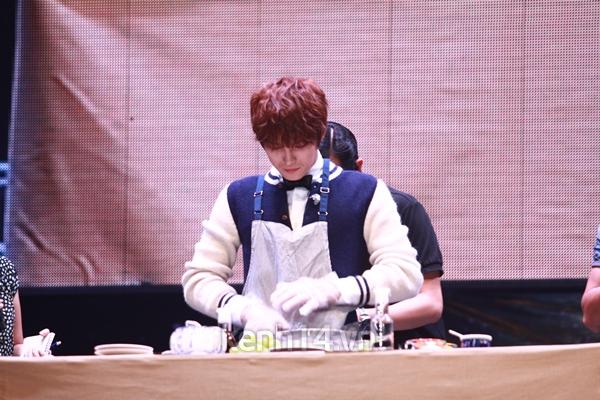 Jaejoong ngượng ngùng đút kimbap cho fan 57
