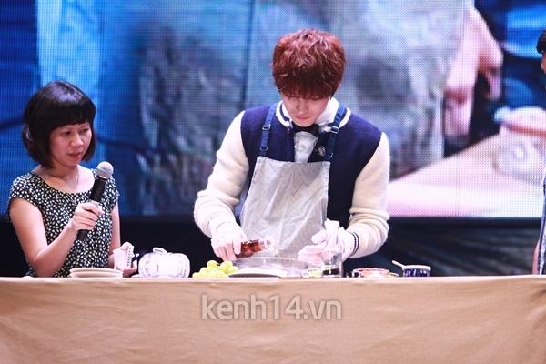 Jaejoong ngượng ngùng đút kimbap cho fan 59