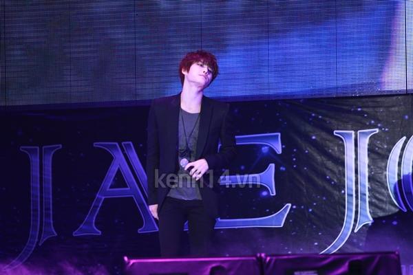 Jaejoong ngượng ngùng đút kimbap cho fan 38