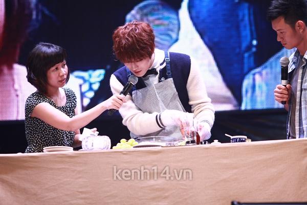 Jaejoong ngượng ngùng đút kimbap cho fan 61