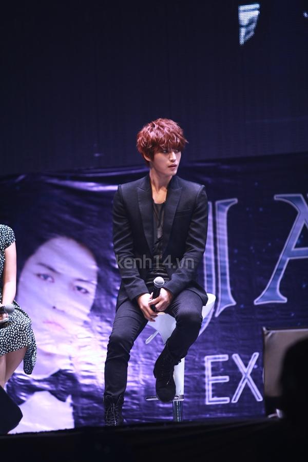 Jaejoong ngượng ngùng đút kimbap cho fan 50
