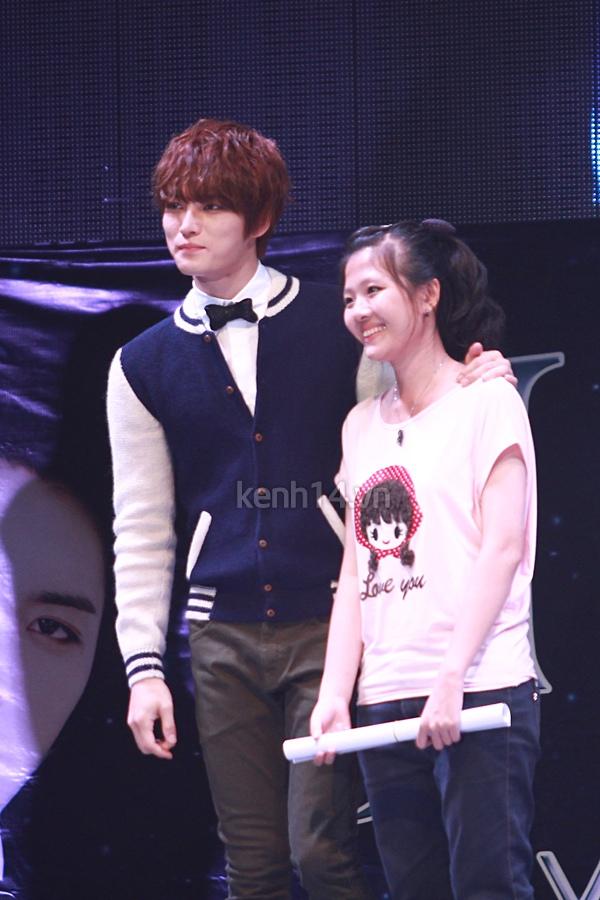 Jaejoong ngượng ngùng đút kimbap cho fan 63