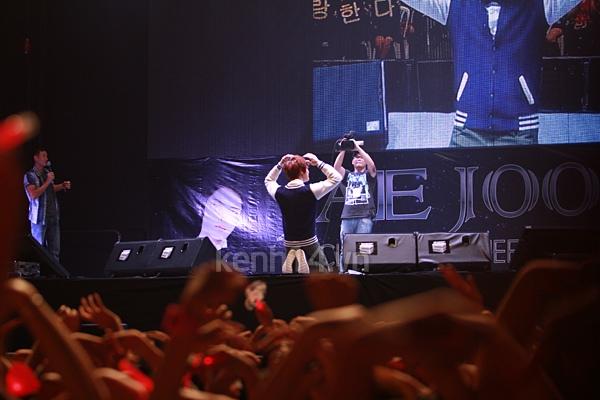 Jaejoong ngượng ngùng đút kimbap cho fan 64