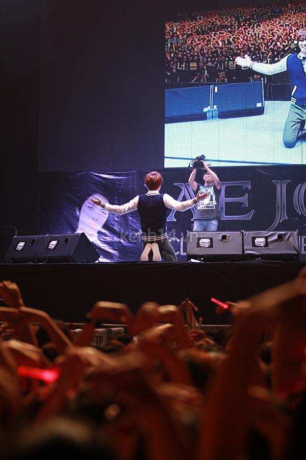 Jaejoong ngượng ngùng đút kimbap cho fan 65