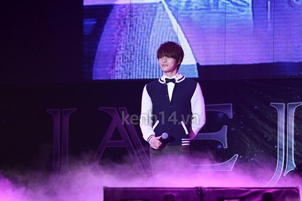 Jaejoong ngượng ngùng đút kimbap cho fan 68