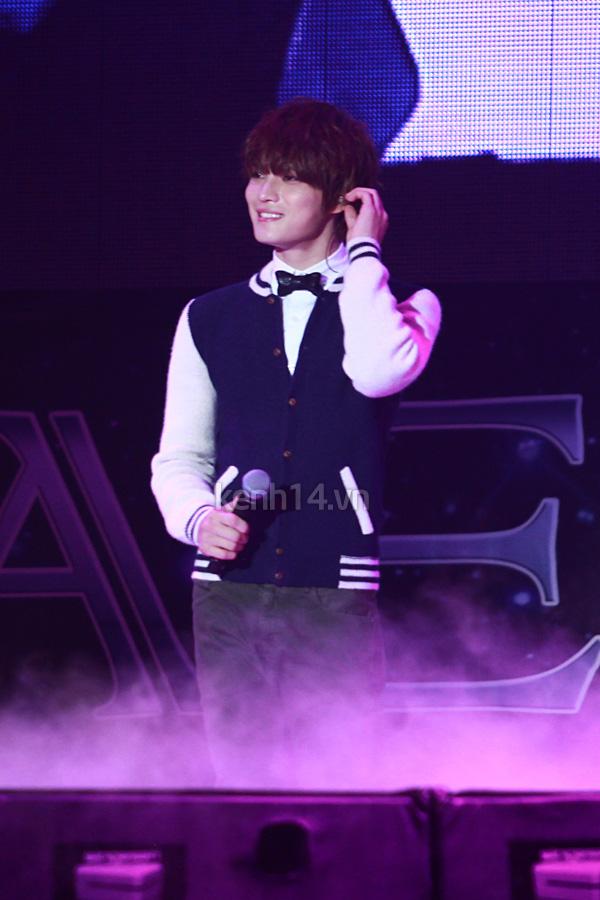 Jaejoong ngượng ngùng đút kimbap cho fan 69