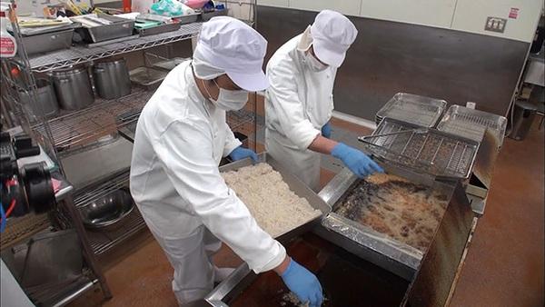 Cận cảnh nghề đóng cơm hộp kiếm bạc triệu một ngày tại Nhật Bản - Ảnh 10.