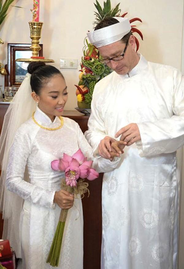 Những cô dâu của showbiz Việt diện áo dài trong ngày cưới hỏi 17