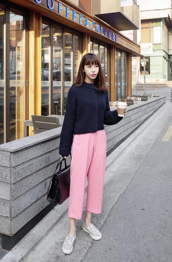 Khi mix áo len, quần culottes, giày thể thao thì bạn nên chọn màu áo tương phản với màu quần và giày