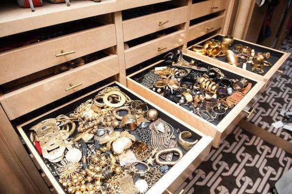 Ngó nghiêng tủ đồ của các fashionista thế giới 27