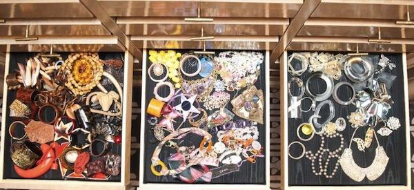 Ngó nghiêng tủ đồ của các fashionista thế giới 29