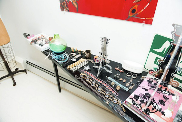 Ngó nghiêng tủ đồ của các fashionista thế giới 44