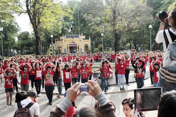 Teen Sài Gòn mặc áo dài nhảy flashmob đón Jae Joong 6