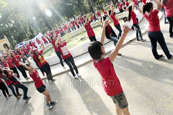 Teen Sài Gòn mặc áo dài nhảy flashmob đón Jae Joong 8