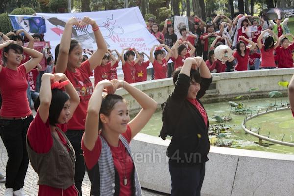 Teen Sài Gòn mặc áo dài nhảy flashmob đón Jae Joong 9