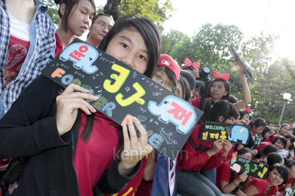 Teen Sài Gòn mặc áo dài nhảy flashmob đón Jae Joong 17