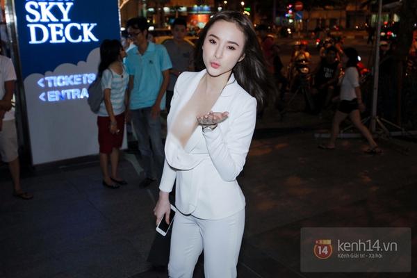 Tuổi đời còn trẻ nhưng kỹ nghệ khoe ngực của Angela Phương Trinh thì dường  như không hề hạn chế. Công chúng những tưởng cô nàng này sẽ ý tứ hơn trong  ...