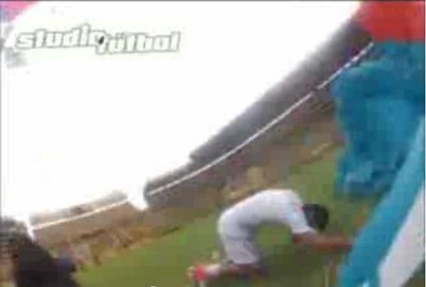 Vận động viên nhảy dù hạ cánh vào... đầu cầu thủ 1