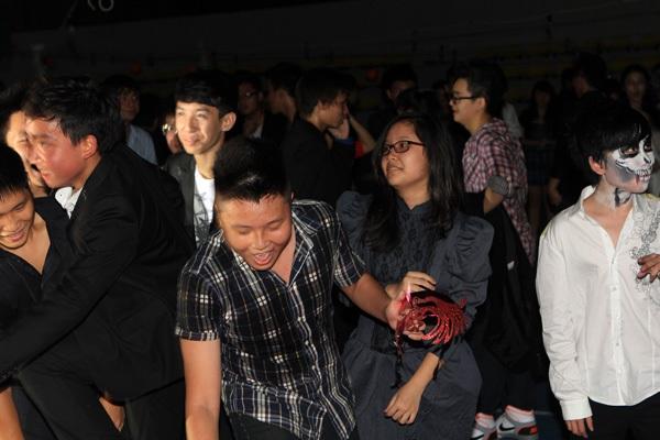 Giới trẻ Hà Nội rộn rã party Halloween 29