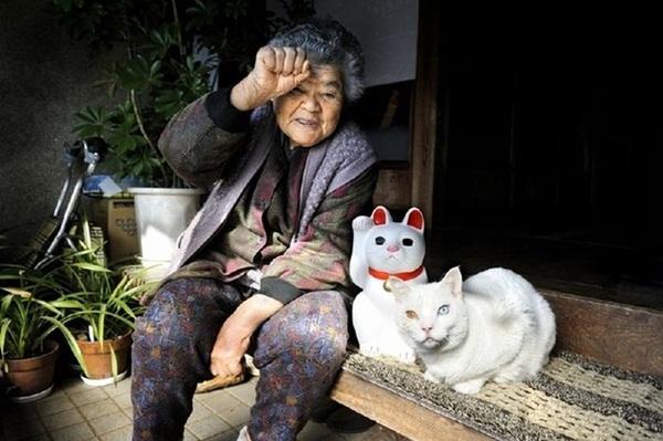 Bộ ảnh cảm động của cụ bà sống hạnh phúc cùng mèo   11