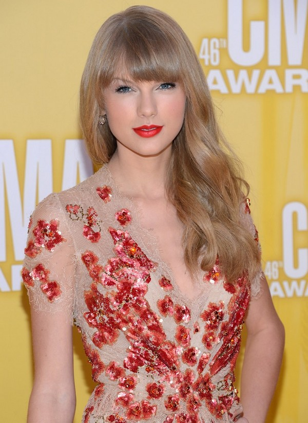 CMA Awards 2012: Taylor Swift tay trắng về nhà 1