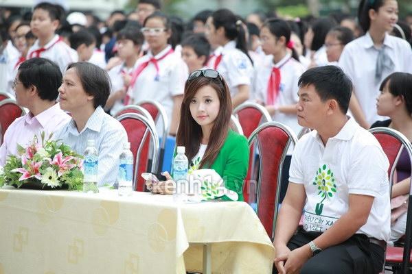 Hot girl Midu tham gia lễ hội trồng cây cùng Amser 6
