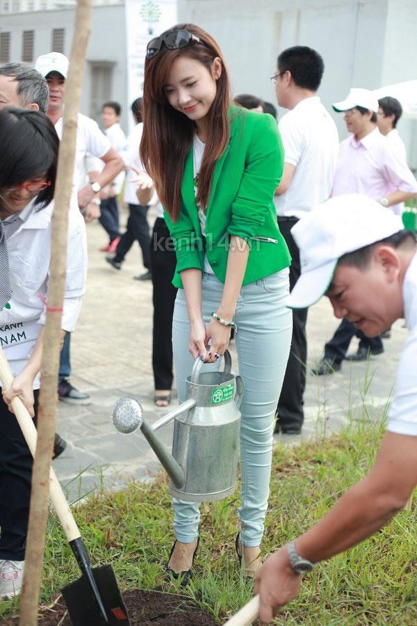 Hot girl Midu tham gia lễ hội trồng cây cùng Amser 14