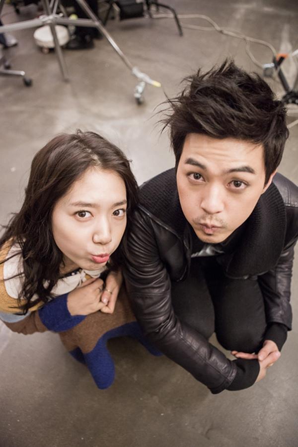 Bàn tay lạ nghịch cạp váy của Park Shin Hye 12