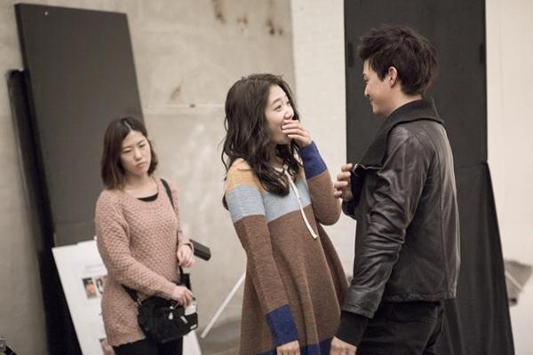 Bàn tay lạ nghịch cạp váy của Park Shin Hye 9
