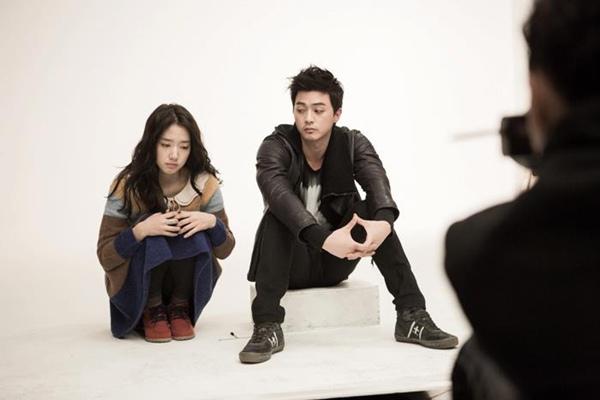 Bàn tay lạ nghịch cạp váy của Park Shin Hye 10