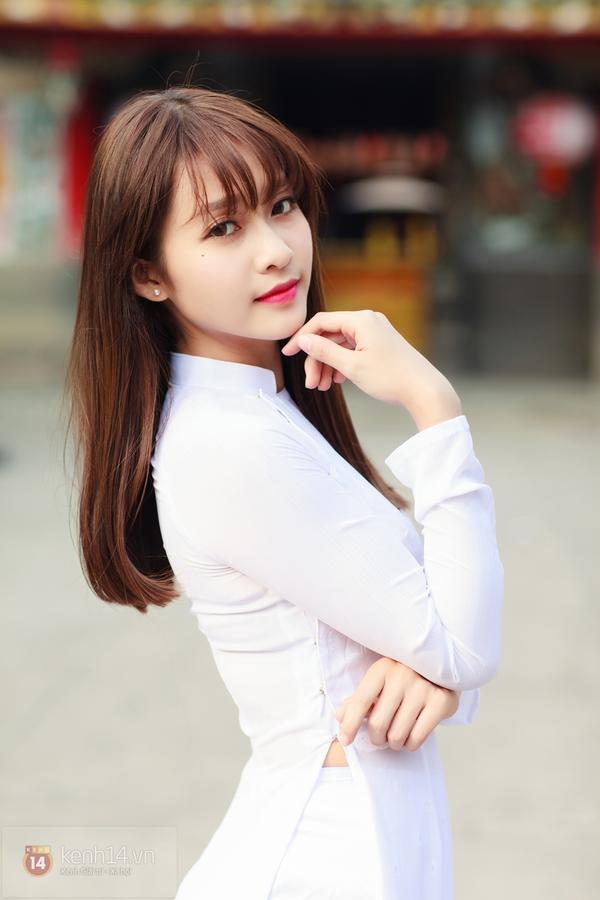 Trông bạn sẽ thật sự tỏa sáng với mái tóc uốn cụp với những chiếc áo dài màu trắng tinh khôi