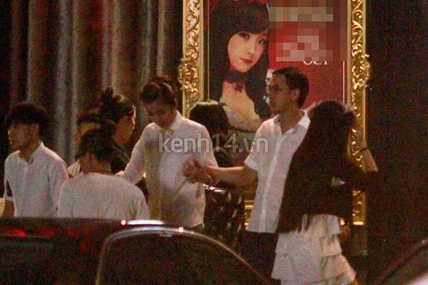 Vợ chồng Hà Tăng tay trong tay đi chơi đêm 1