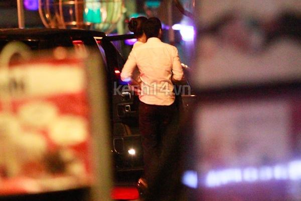 Vợ chồng Hà Tăng tay trong tay đi chơi đêm 15