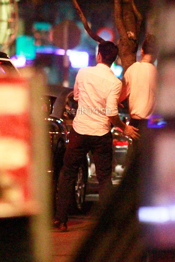 Vợ chồng Hà Tăng tay trong tay đi chơi đêm 16