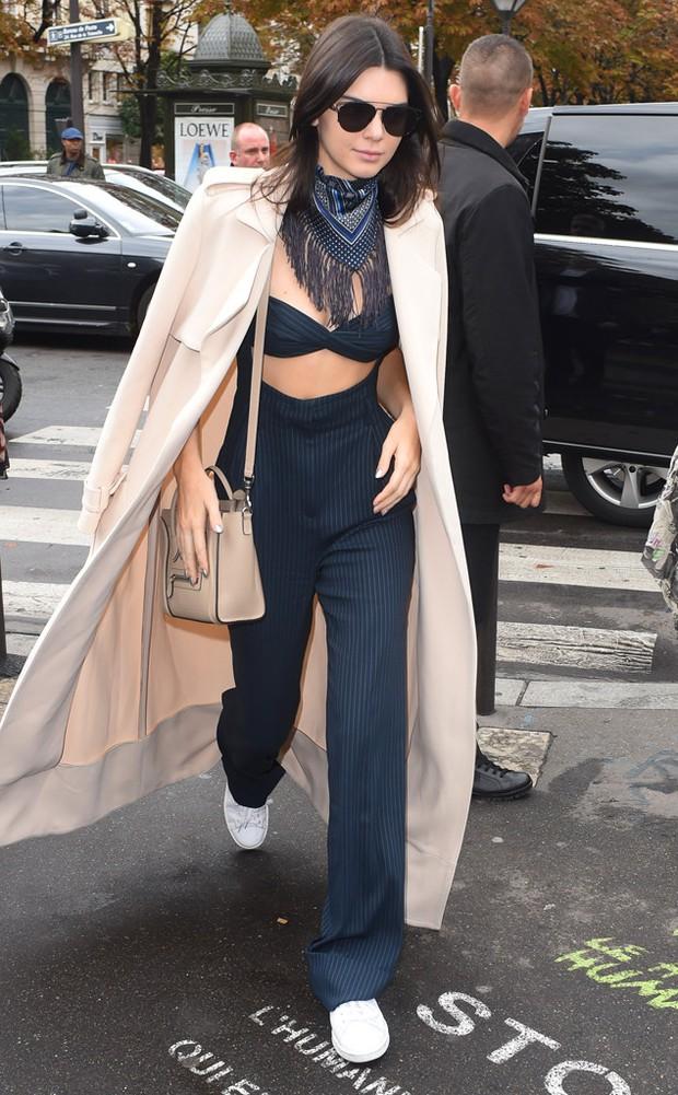 Kiểu mix đồ cây cầu lạ mà quen đang được Kendall Jenner lăng xê nhiệt tình - Ảnh 1.