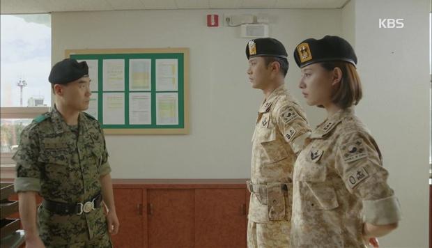 """""""Hậu Duệ Mặt Trời"""": Cặp đôi sóng gió Jin Goo - Kim Ji Won cuối cùng cũng được đoàn tụ! - Ảnh 1."""
