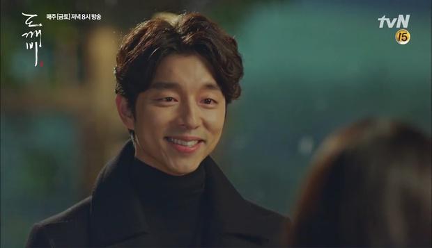 """""""Goblin"""": Không rút được thanh kiếm, Kim Go Eun đành hôn Gong Yoo - Ảnh 1."""