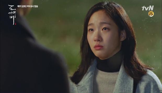 """""""Goblin"""": Không rút được thanh kiếm, Kim Go Eun đành hôn Gong Yoo - Ảnh 2."""
