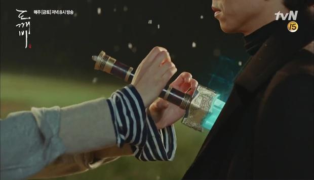 """""""Goblin"""": Không rút được thanh kiếm, Kim Go Eun đành hôn Gong Yoo - Ảnh 5."""