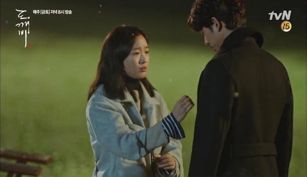 """""""Goblin"""": Không rút được thanh kiếm, Kim Go Eun đành hôn Gong Yoo - Ảnh 6."""