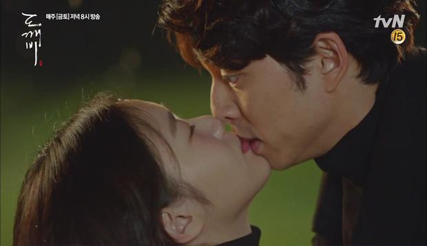 """""""Goblin"""": Không rút được thanh kiếm, Kim Go Eun đành hôn Gong Yoo - Ảnh 8."""