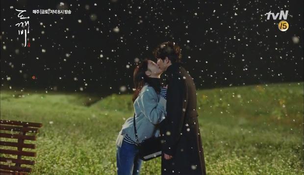 """""""Goblin"""": Không rút được thanh kiếm, Kim Go Eun đành hôn Gong Yoo - Ảnh 9."""
